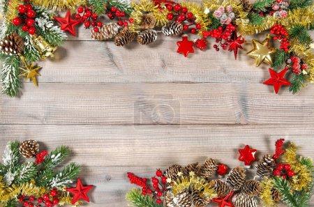 Foto de Adornos de Navidad, estrellas, guirnalda, decoraciones oro rojo sobre fondo de madera - Imagen libre de derechos