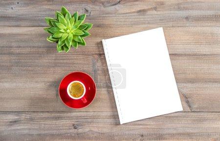 Photo pour Carnet de croquis papier blanc, tasse de café, plante verte succulente. Pose plate minimale . - image libre de droit