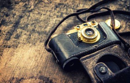 Foto de Antigua cámara fotográfica de época. Imágenes retro tonificadas - Imagen libre de derechos
