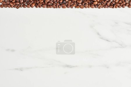 Foto de Granos de café en la parte superior sobre fondo de mármol con espacio de copia. Endecha plana - Imagen libre de derechos