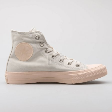 Photo pour Vienne, Autriche - 7 août 2017: Converse Chuck Taylor All Star high grey and rose sneaker on white background. - image libre de droit