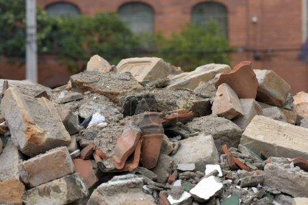 Photo pour Débris de construction dans le seau de la collection, à Sao Paulo, Brésil - image libre de droit