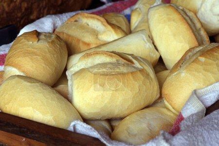 Photo pour Panier de pain traditionnel français, typique de la cuisine brésilienne - image libre de droit