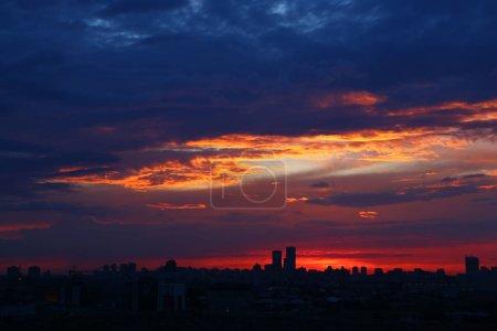 Photo pour Coucher de soleil rouge ciel sur les bâtiments modernes de la ville . - image libre de droit