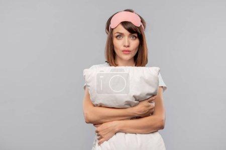 Photo pour Jeune femme endormie avec oreiller souffrant d'insomnie ou de voisins bruyants au milieu de la nuit - image libre de droit