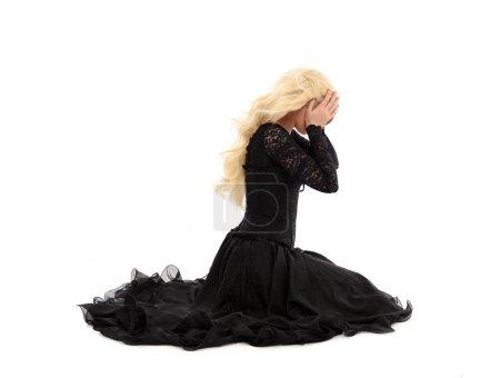 Photo pour Portrait de toute la longueur de la jeune fille blonde portant corset et robe longue noire. isolé sur fond blanc studio, - image libre de droit