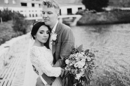 Photo pour Couple heureux de jeunes mariés posant - image libre de droit