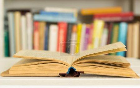 Photo pour Ouvrez les pages du livre. Concept de lecture. - image libre de droit