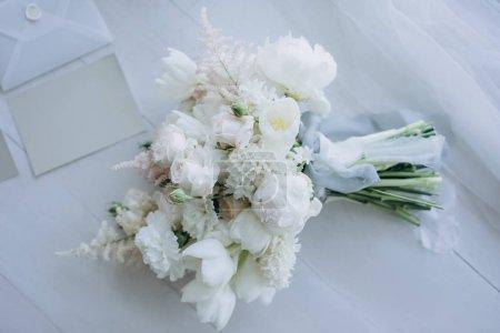 vue de dessus du beau bouquet de mariée sur plancher en bois blanc