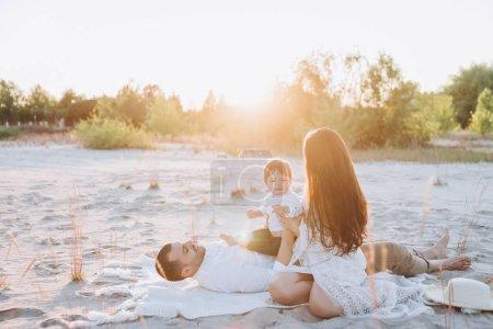 Photo pour Héhé, passer du temps avec les fils sur la plage avec la lumière du soleil - image libre de droit