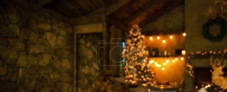 Photo pour Fond de Noël. Chalet décoré avec arbre de Noël avec des cadeaux, guirlandes et Couronne. Floue. Place pour le texte. - image libre de droit