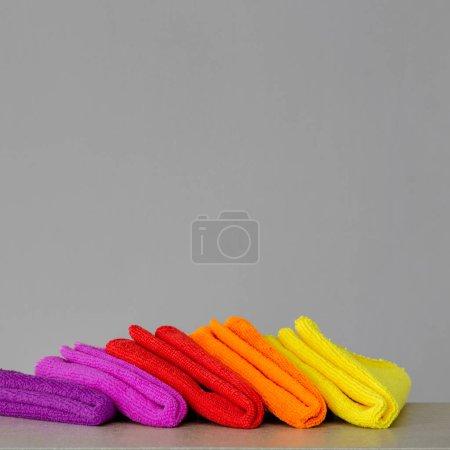 Photo pour Un ensemble de vêtements colorés de microfibre nettoyage. Copiez l'espace. Nettoyage de printemps de concept. - image libre de droit