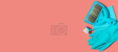 Photo pour Un ensemble d'outils bleus de nettoyage sur le vie de printemps fond corail: gants en caoutchouc, balai et une pelle à poussière, brosse pour laver la vaisselle, chiffon à poussière - image libre de droit