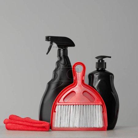 Photo pour Noir rouge outils sur fond neutre de nettoyage et produits de nettoyage. Espace copie. - image libre de droit