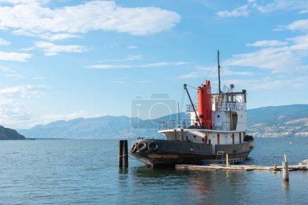 Photo pour Penticton, Colombie-Britannique / Canada - Le 21 juin 2019 : Remorqueur national canadien no. 6, un navire historique lancé en 1948, est amarré au bord de l'eau sur le lac Okanagan . - image libre de droit