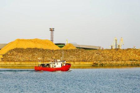 Photo pour Un petit chalutier revient au port de Liepaja, Lettonie - image libre de droit