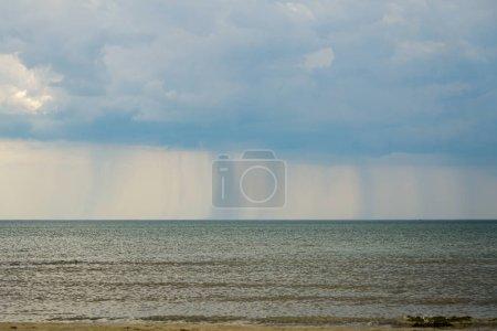 Photo pour Nuages de pluie et pluie au-dessus de la mer baltique - image libre de droit