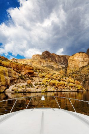 Photo pour Vue panoramique de verticale de la proue d'un bateau de la montagne de roche rouge entourant le lac Canyon en Arizona, Usa - image libre de droit