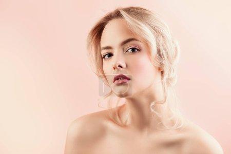 Foto de Retrato de una mujer rubia hermosa con maquillaje natural. Belleza, cuidado de la piel, concepto de cosméticos. Cuidado de la salud - Imagen libre de derechos