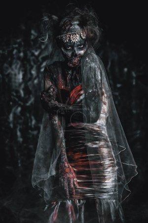 Foto de Retrato de una mujer de novia sangrienta muertos. Novia Zombie. Halloween. Horror. - Imagen libre de derechos