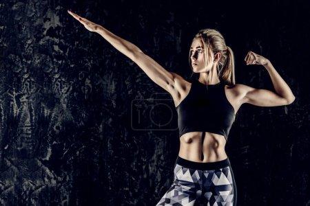 Photo pour Portrait d'une belle femme sportive au corps musclé parfait. Mode de vie actif et sain. Fitness, musculation . - image libre de droit