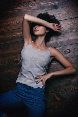 Photo pour Une jeune fille est allongée par terre. Style décontracté. Concept de mode . - image libre de droit