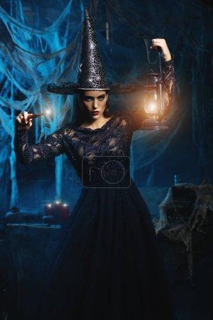 Photo pour Une sorcière dans un château. Halloween. Célébration. - image libre de droit