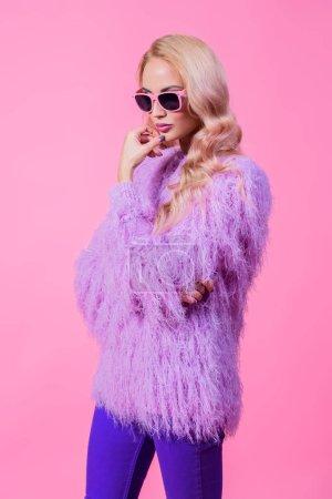 Photo pour Dame brillante à la mode posant en studio. Mode pour les femmes. Couleurs roses . - image libre de droit