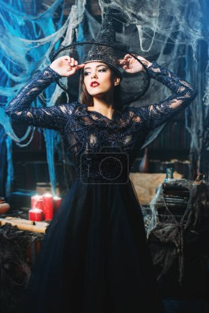 Photo pour Une belle dame dans un costume de sorcière. Halloween. Célébration. - image libre de droit