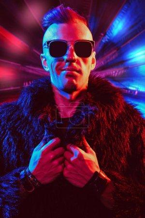 Photo pour Portrait d'un homme fou de disco. Parti, disco. Lumière colorée. - image libre de droit
