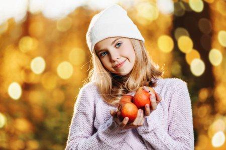 Photo pour Une jolie jeune fille aux pommes. Mode d'automne, beauté. Mode de vie sain . - image libre de droit