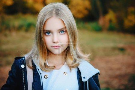 Photo pour Une belle jeune fille dehors. Mode d'automne, beauté . - image libre de droit