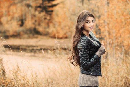 Photo pour Portrait d'une belle jeune femme vêtue d'une veste en cuir dans une forêt d'automne. Mode de vie, mode d'automne, beauté. - image libre de droit