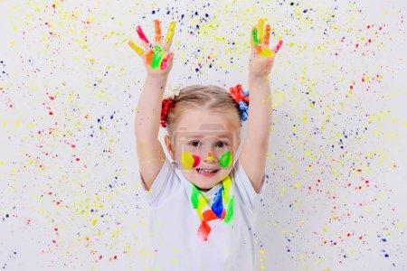 Photo pour Portrait d'une jolie fille dans les peintures colorées. Enfance, loisirs. - image libre de droit