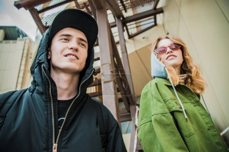 Photo pour Deux adolescents dans l'arrière-cour. Mode de la jeunesse. Problèmes d'âge transitoire. - image libre de droit