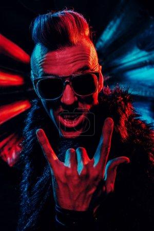 Photo pour Portrait d'un disco fou. Fête, discothèque. Lumière colorée . - image libre de droit