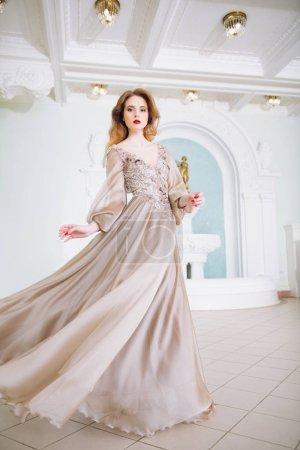 Photo pour Portrait d'une belle femme élégante dans la robe de mariée flottant. Fashion, robe de mariée. - image libre de droit