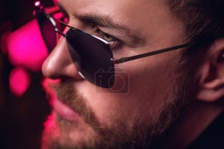 Foto de Close up retrato de un hombre elegante que llevaba gafas de sol. Belleza y estilo para hombres. - Imagen libre de derechos