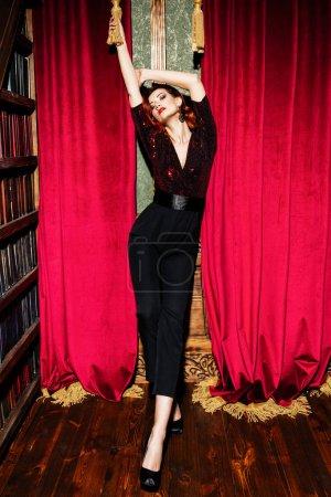 Photo pour Un portrait complet d'une belle femme posant dans l'intérieur de cru et utilisant des vêtements élégants. Beauté, mode, intérieur. - image libre de droit
