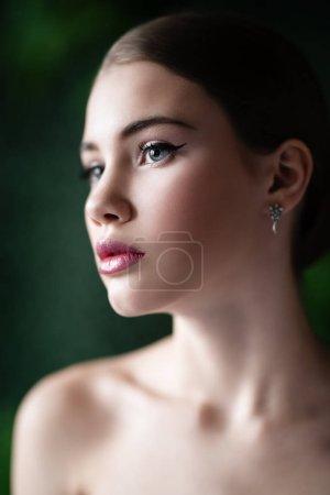 Photo pour Un portrait de plan rapproché d'une dame rêveuse posant à l'intérieur. Cosmétiques, beauté. - image libre de droit