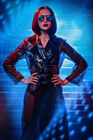 Photo pour Portrait d'une femme aux cheveux bruns extravagante. Mode moderne, beauté et style. Technologies, robots, intelligence artificielle . - image libre de droit