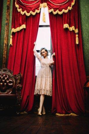 Photo pour Un portrait complet d'une belle femme posant à l'intérieur près de la fenêtre. Intérieur, mode . - image libre de droit