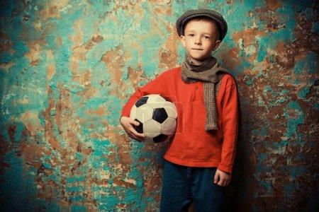 Photo pour Portrait d'un jeune garçon avec un ballon de football. Mode, beauté . - image libre de droit