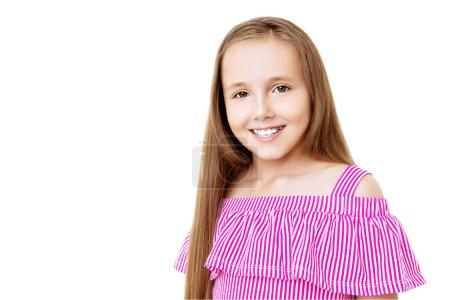 Photo pour Portrait d'une jeune fille joyeuse sur fond blanc. Beauté, été, mode . - image libre de droit
