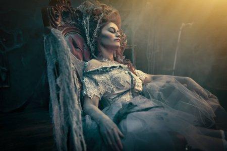 Photo pour Halloween. Portrait de l'impératrice morte dans l'ancien château abandonné. Fantôme dans le château. Style vintage. - image libre de droit