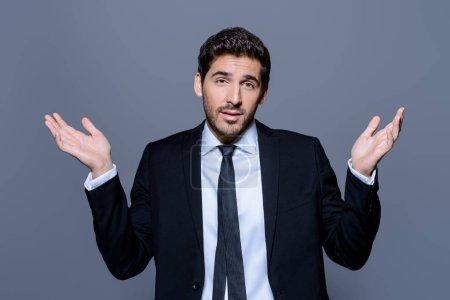 Photo pour L'homme d'affaires émotionnel se détache les mains, exprimant surprise et déception. Concept d'entreprise . - image libre de droit