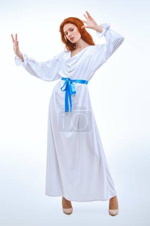 Photo pour L'art moderne en religion. La Vierge Marie sur fond blanc, baignée de lumière. Portrait complet . - image libre de droit
