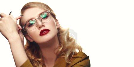 Photo pour Gros plan portrait d'une belle jeune femme aux lunettes modernes. Optique et style de lunettes. - image libre de droit