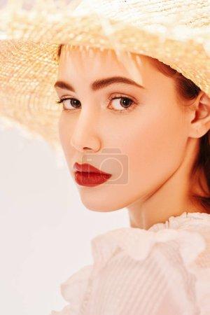 Photo pour Gros plan portrait d'une belle fille romantique en chemisier blanc et chapeau de paille. Saison estivale. Beauté et cosmétiques. - image libre de droit