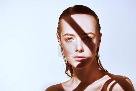 Photo pour Concept beauté. Portrait d'une belle jeune femme au maquillage naturel frais et à la peau parfaite et saine. Le jeu de la lumière et de l'ombre. La mode. Espace de copie. - image libre de droit